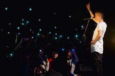 Anthony Bey sur scène en concert