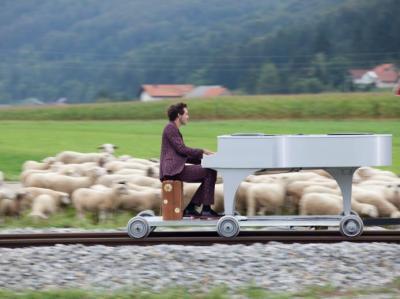 Mika chante Trenet dans une campagne de pub SNCF pour le TGV