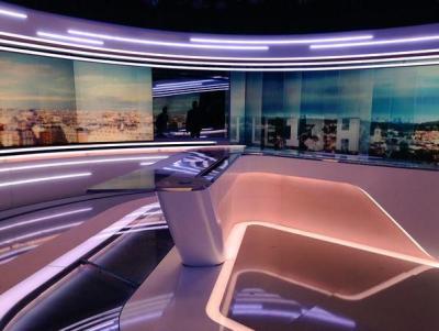 Pupitre et écrans nouveau décor du JT de TF1 à la rentrée 2015