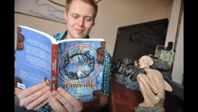 Quentin Dubois lisant la saga d'Enzymis