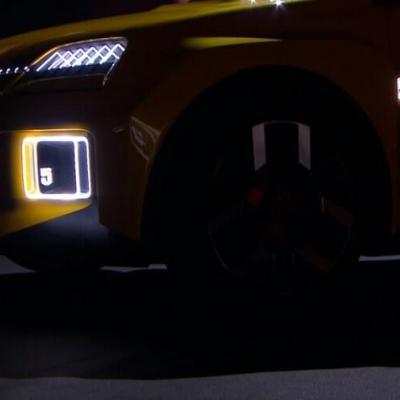 Signature lumineuse Renault R5 la nuit